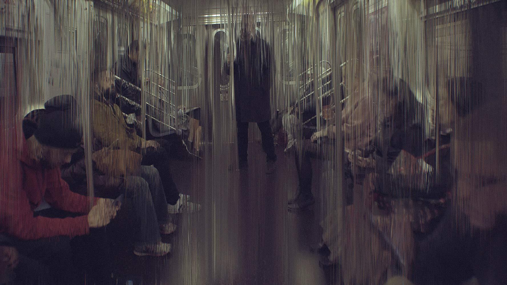 영화 거대한 해킹의 장면. 열차안의 남자가 보이고 화면은 일그러져있다.