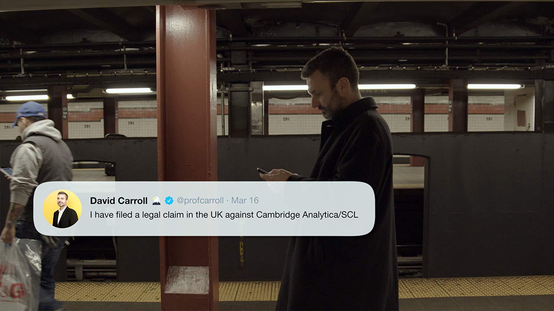 영화 거대한 해킹의 장면. 남자가 지하철에서 캠브릿지 애널리티카에 대한 트윗을 확인한다
